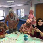 Grupo de LALMA preparando tarjetas de felicitación por 'eid al-Adha.